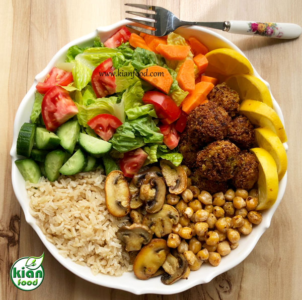 سالاد سبزیجات با برنج قهوه ای و توپک کینوا